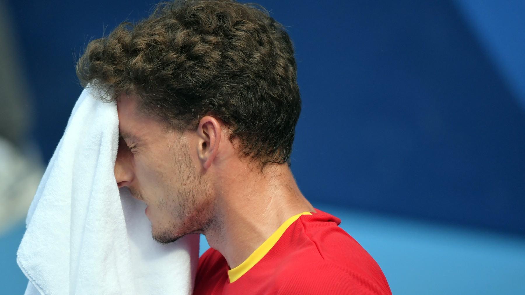Carreño se seca con una toalla durante el partido. (AFP)
