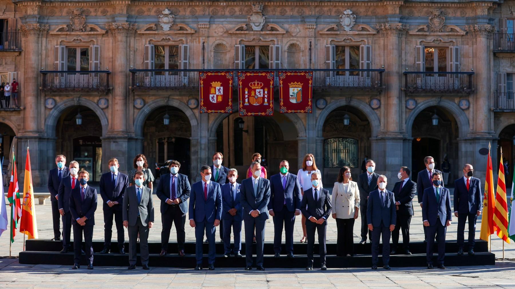 Foto oficial de la XXIV Conferencia de Presidentes presidida por el Rey y Pedro Sánchez. (Foto: Efe)