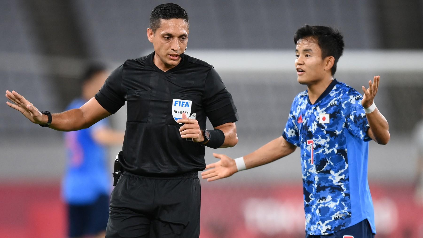 El árbitro Jesús Valenzuela, con Kubo. (AFP)