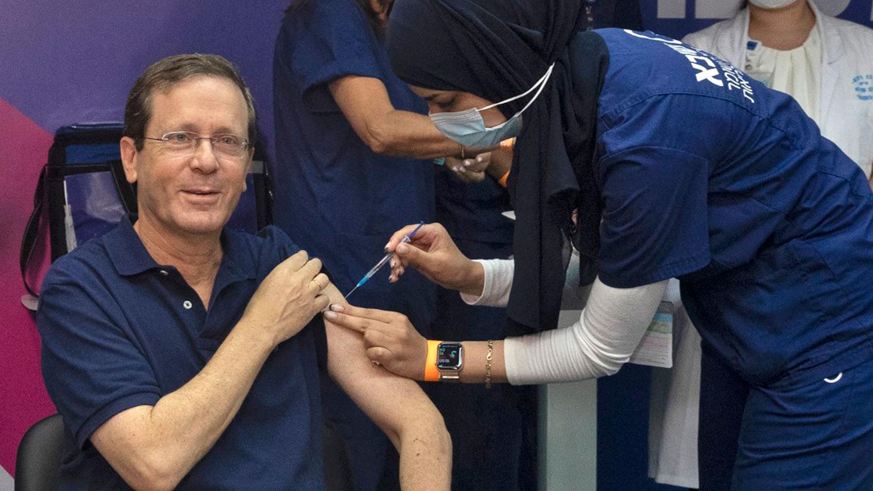 El presidente de Israel, Isaac Herzog, recibiendo la tercera dosis de la vacuna contra el Covid. Foto: AFP