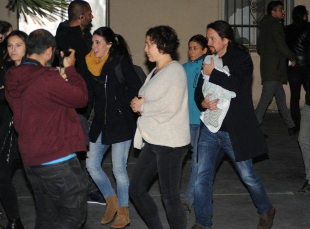 Teresa Arévalo acompaña a Irene Montero y Pablo Iglesias mientras trasladan a su hija menor. Foto: Europa Press.