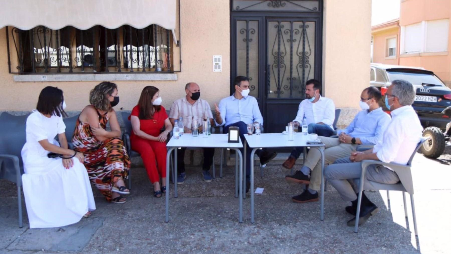 Pedro Sánchez y Luis Tudanca comparten terraza de un bar con otros militantes socialistas.