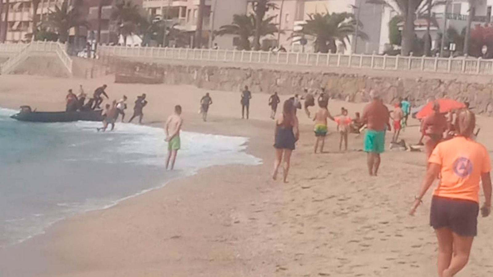 Inmigrantes irrumpen en medio de una playa en Almería.