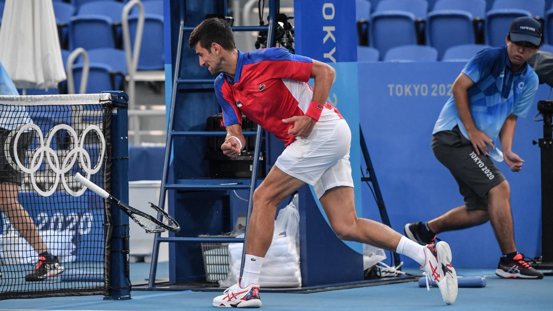 Djokovic rompe una raqueta. (AFP)