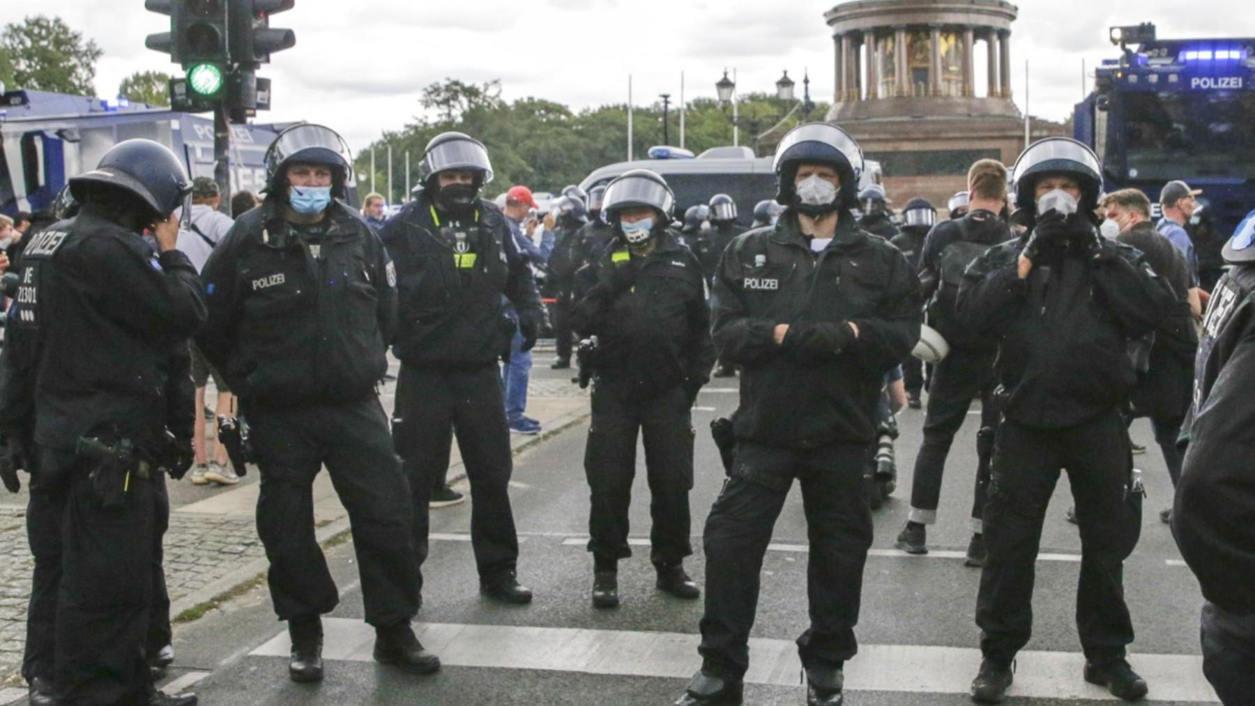 La Policía alemana custodia la Columna de la Victoria.