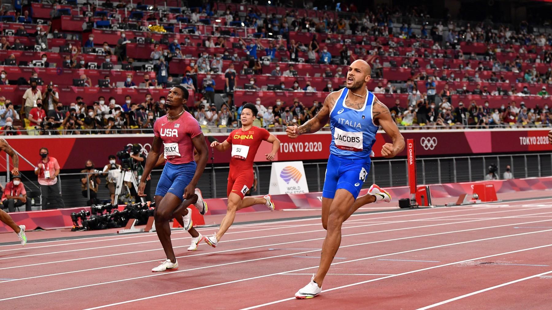 Jacobs celebra su triunfo en los 100 metros. (AFP)