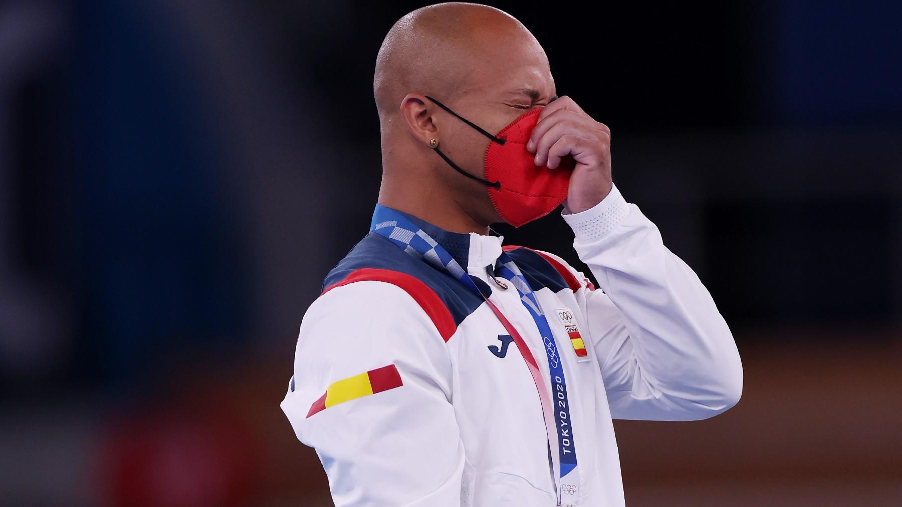 Ray Zapata llora en el podio. (Getty)