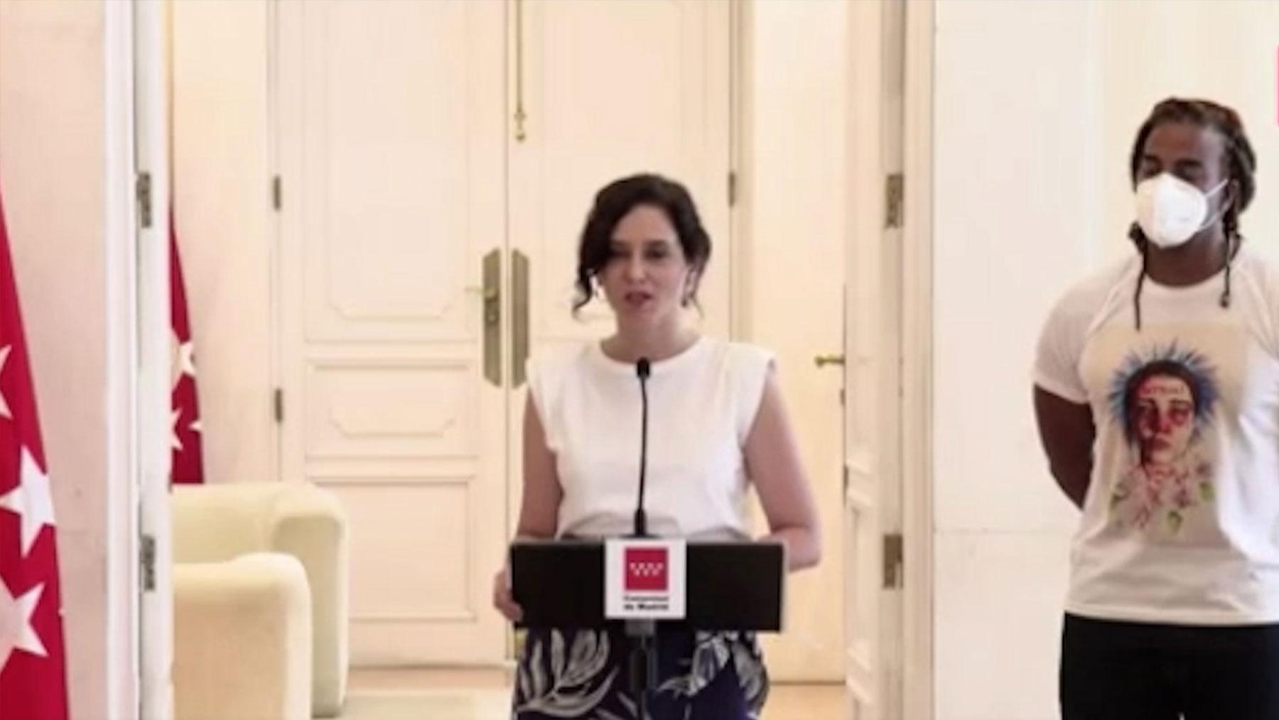 Isabel Díaz Ayuso y el cantante cubano Yotuel.
