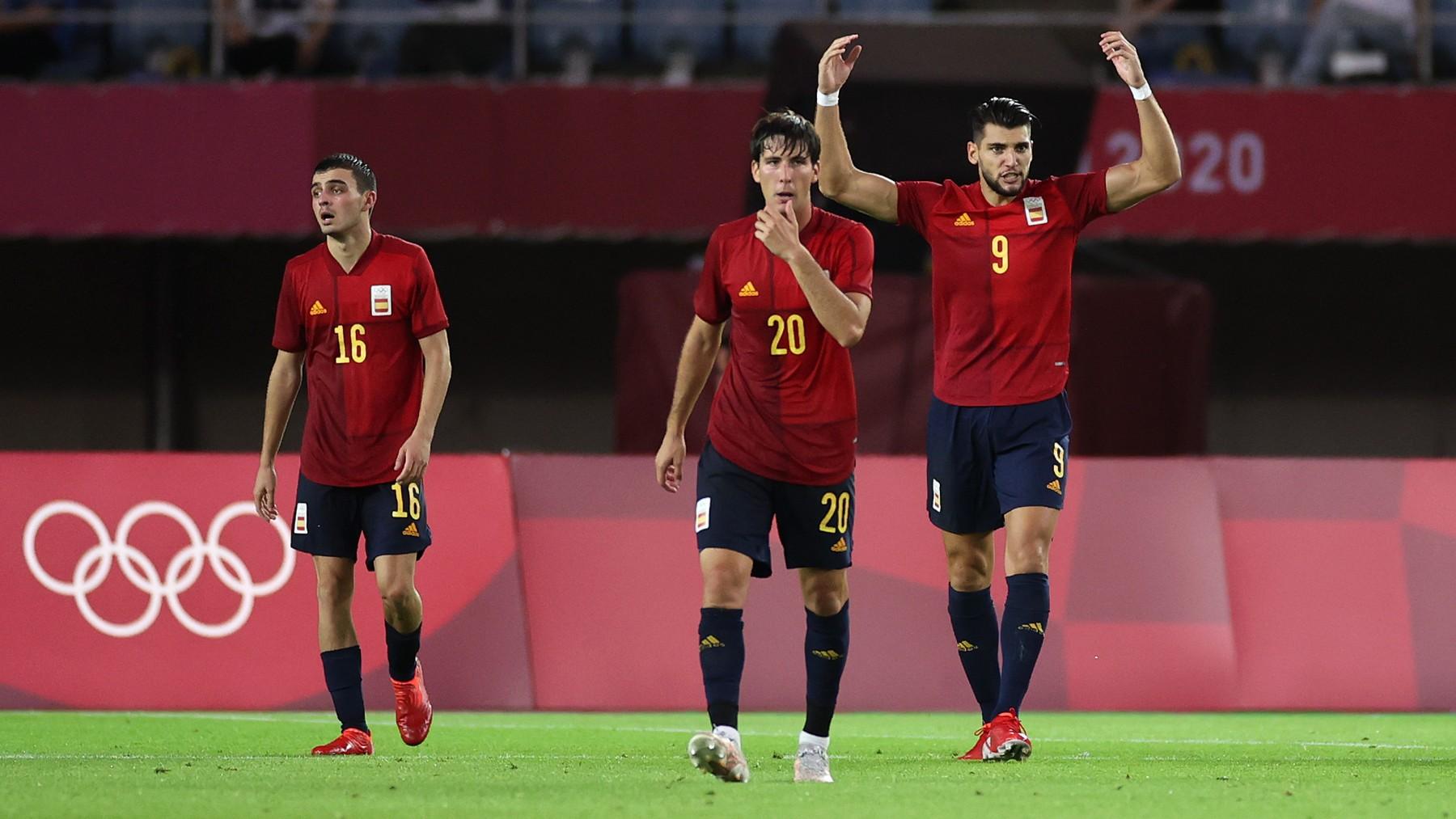 Rafa Mir celebra un gol junto a Miranda y Pedri. (Getty)