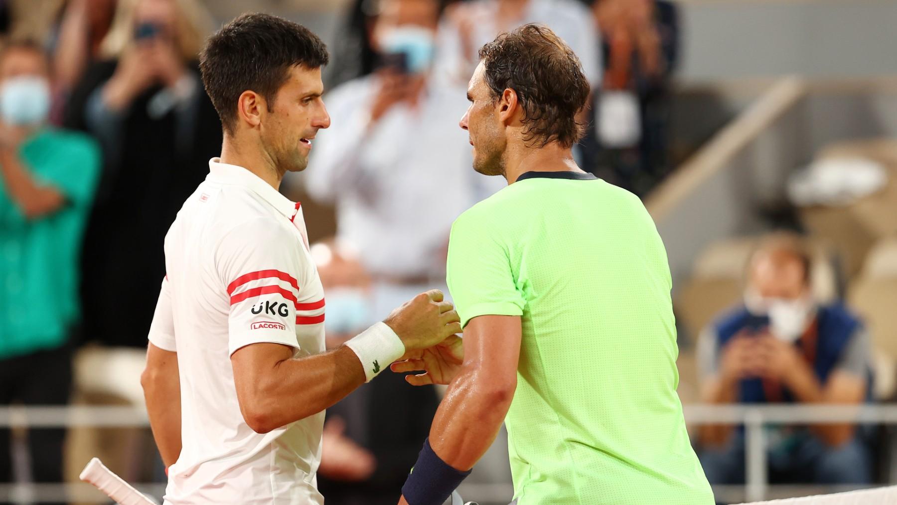 Rafa Nadal saluda a Novak Djokovic en Roland Garros. (Getty)
