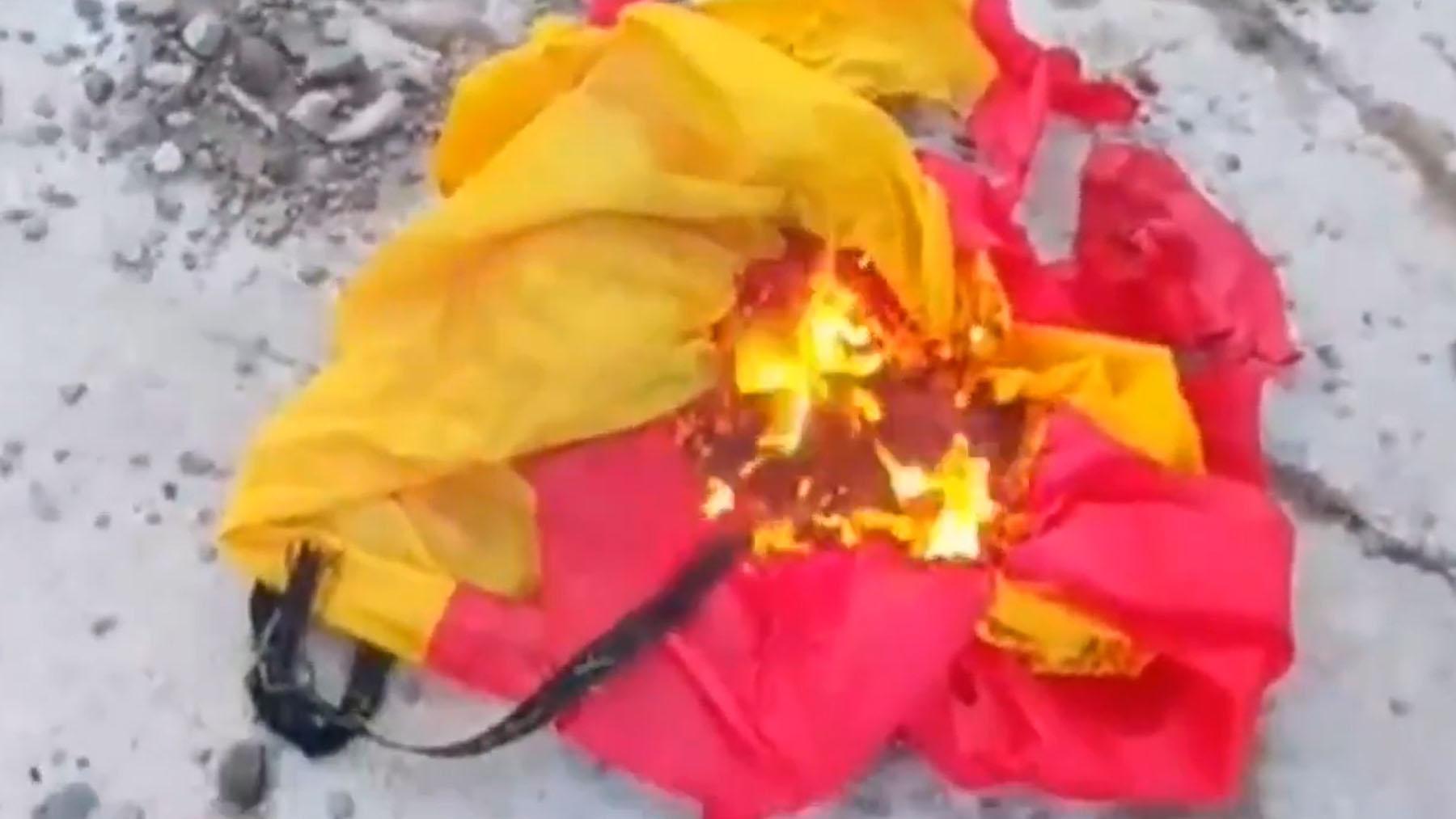Separatistas quemando la bandera de España del Ayuntamiento de Vic.