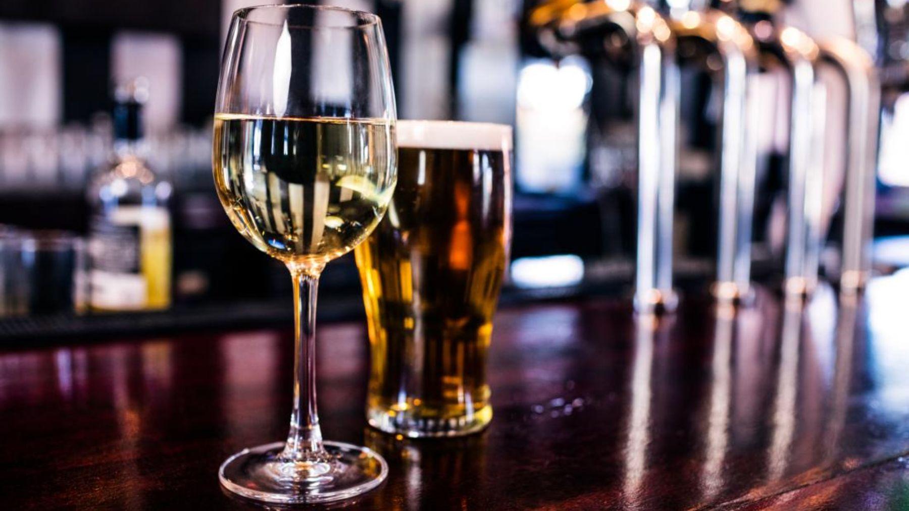 Descubre qué es mejor si tomar vino o cerveza