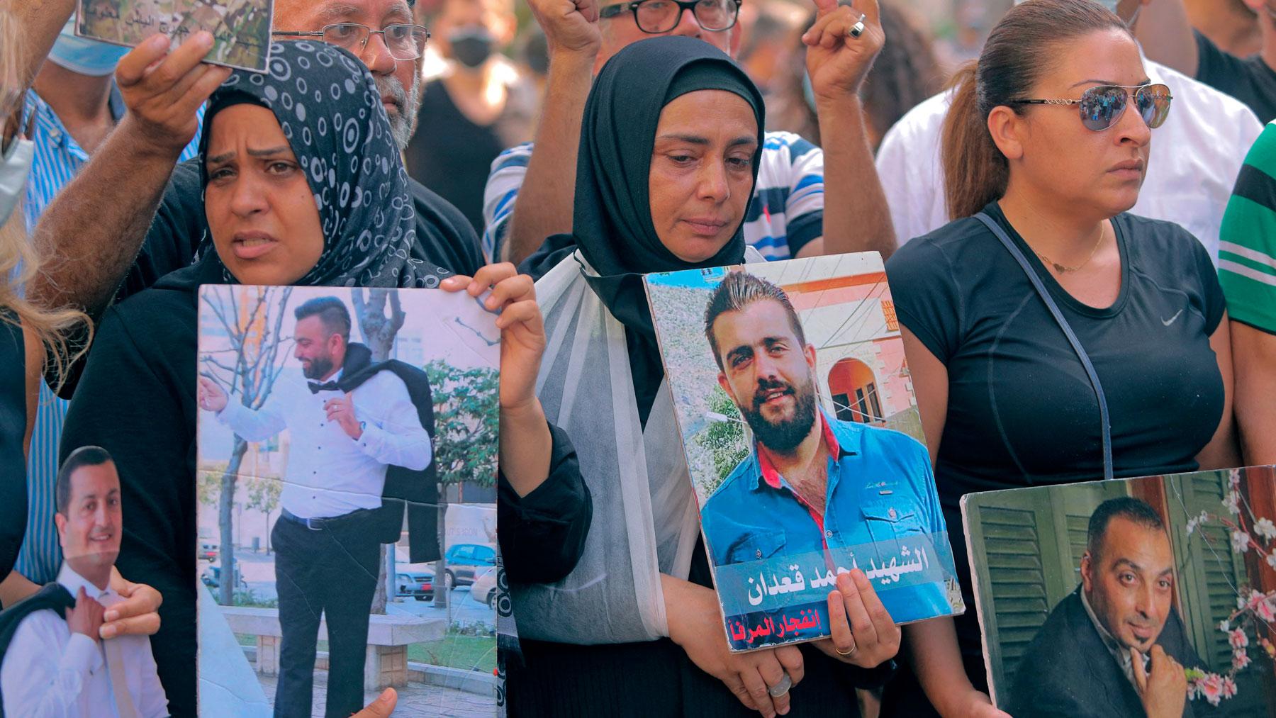 Familiares de fallecidos en la explosión de Beirut (Líbano) en una manifestación reclamando justicia. Foto: AFP