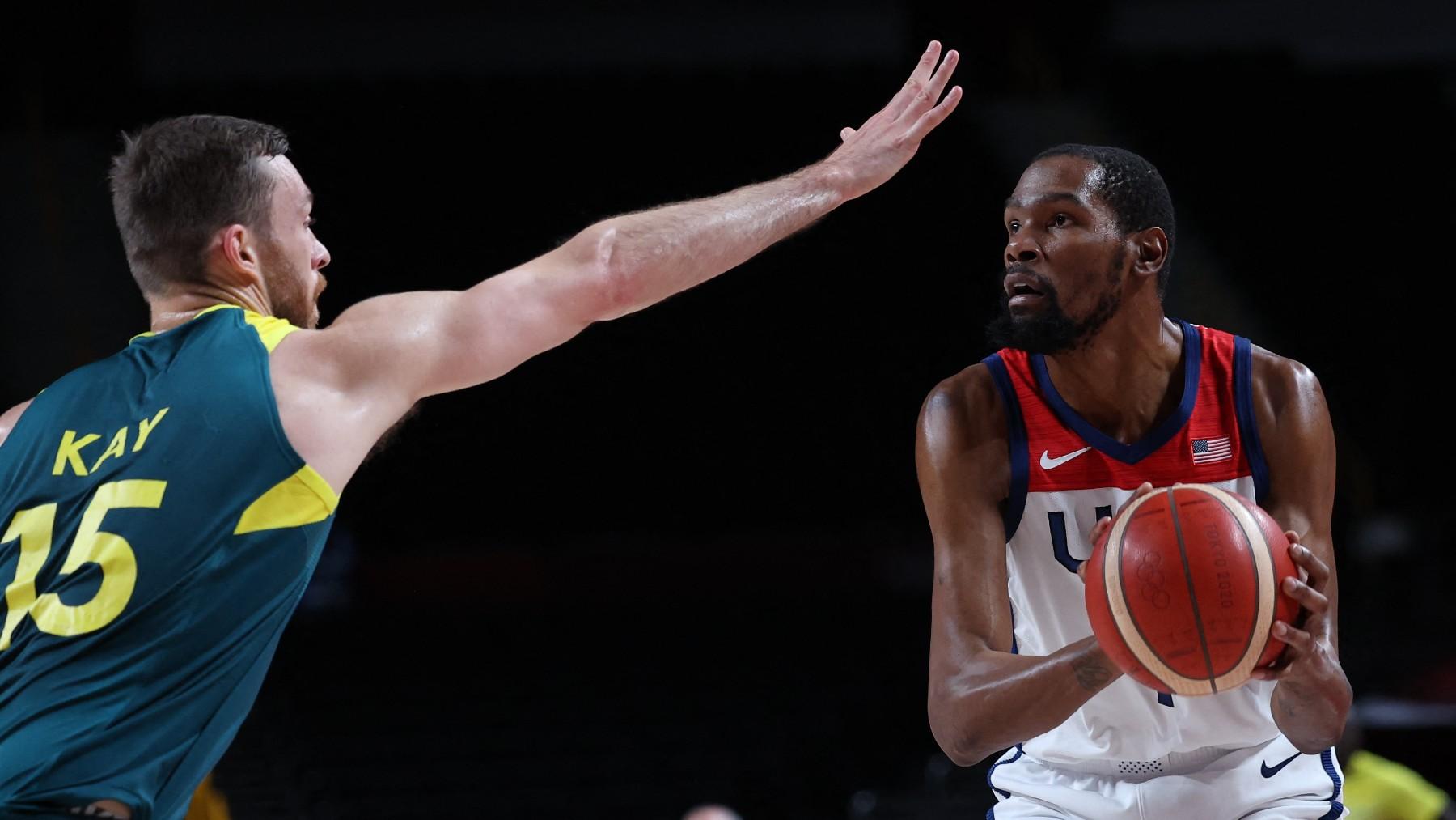 Kevin Durant, ante el australiano Kay. (AFP)