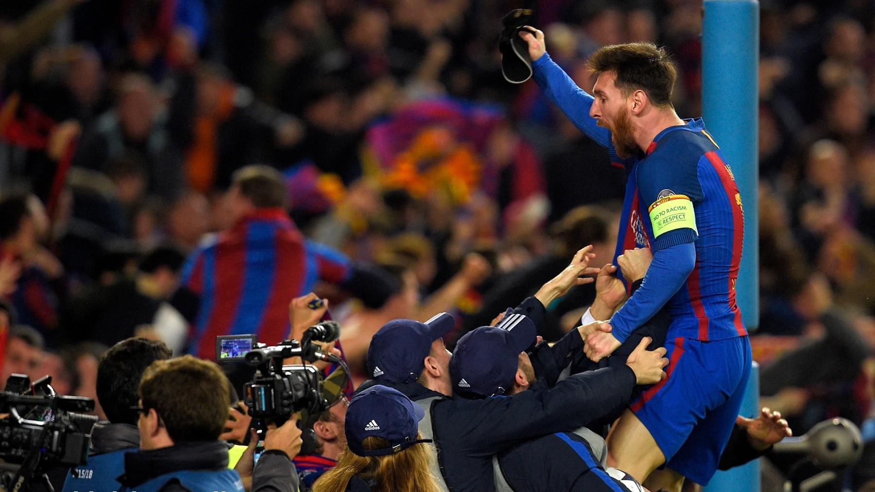 Messi celebra con la afición tras la remontada al PSG. (AFP)