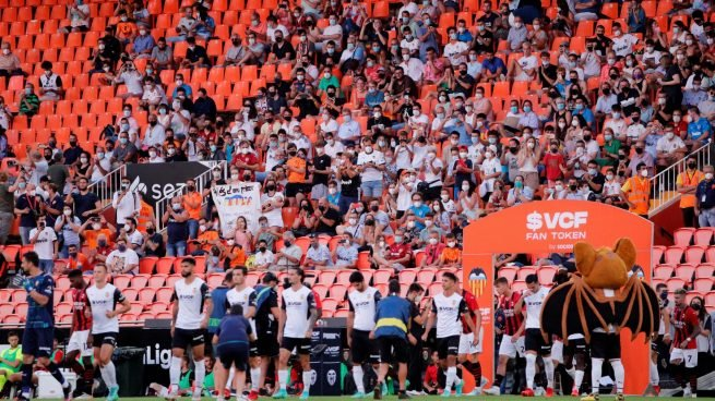El Valencia mete a 3.000 espectadores apelotonados en Mestalla pese a tener todo el estadio vacío