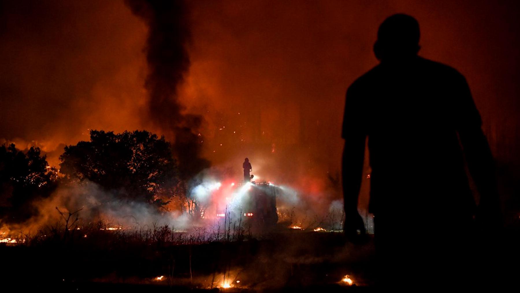 Uno de los terribles fuegos en Afidnes, a 30 kms al norte de Atenas. Foto: AFP