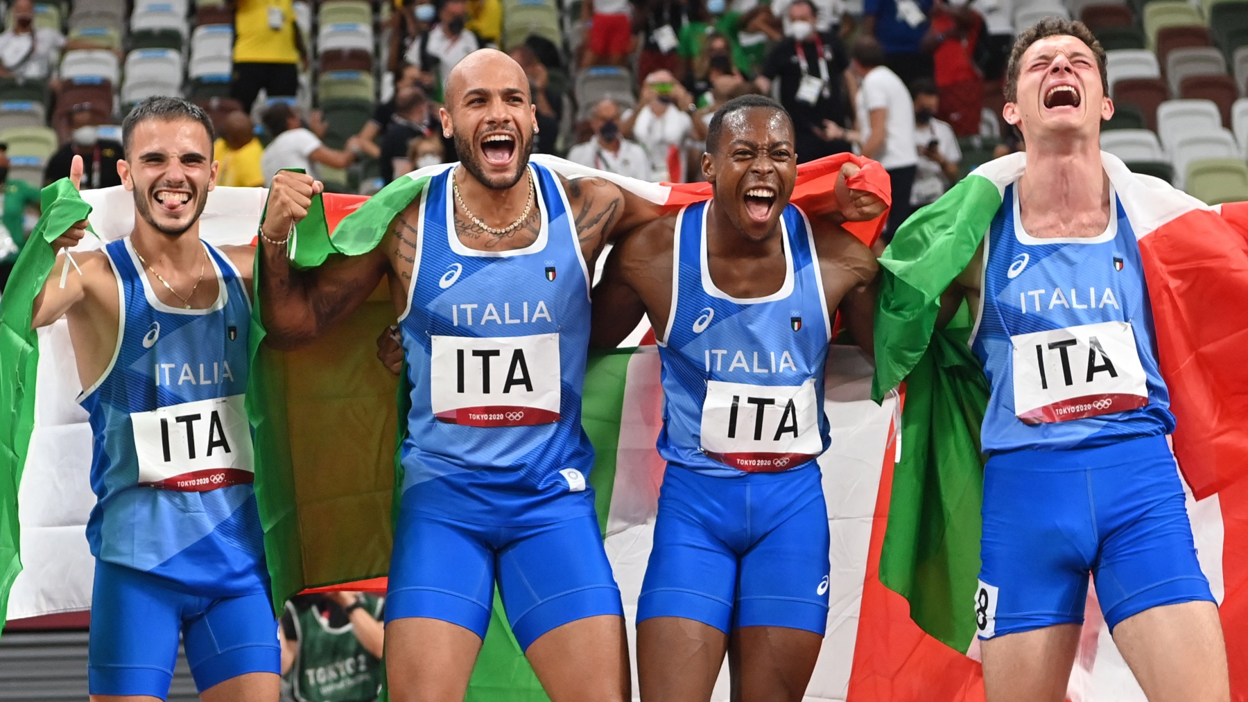 Los ganadores italianos del 4×100, entre ellos Jacobs y Tortu. (AFP)