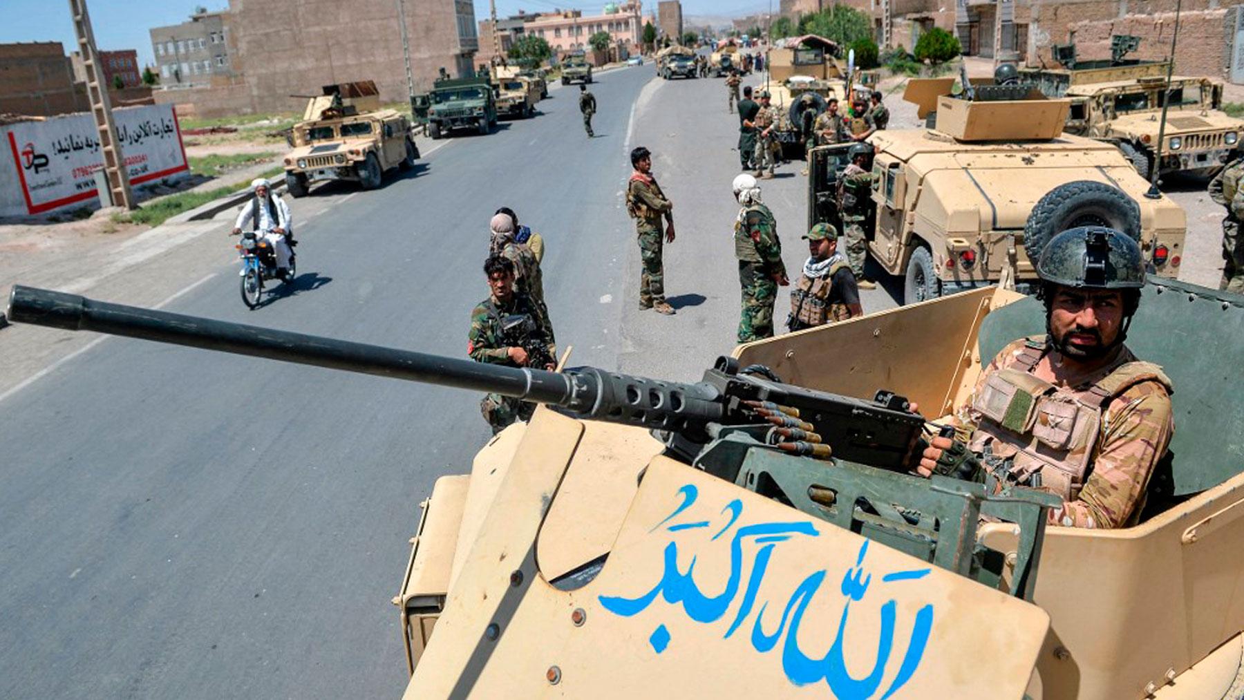 Miembros del Ejército Nacional vigilan una carretera situada en medio del conflicto entre los talibanes y los afganos. Foto: AFP