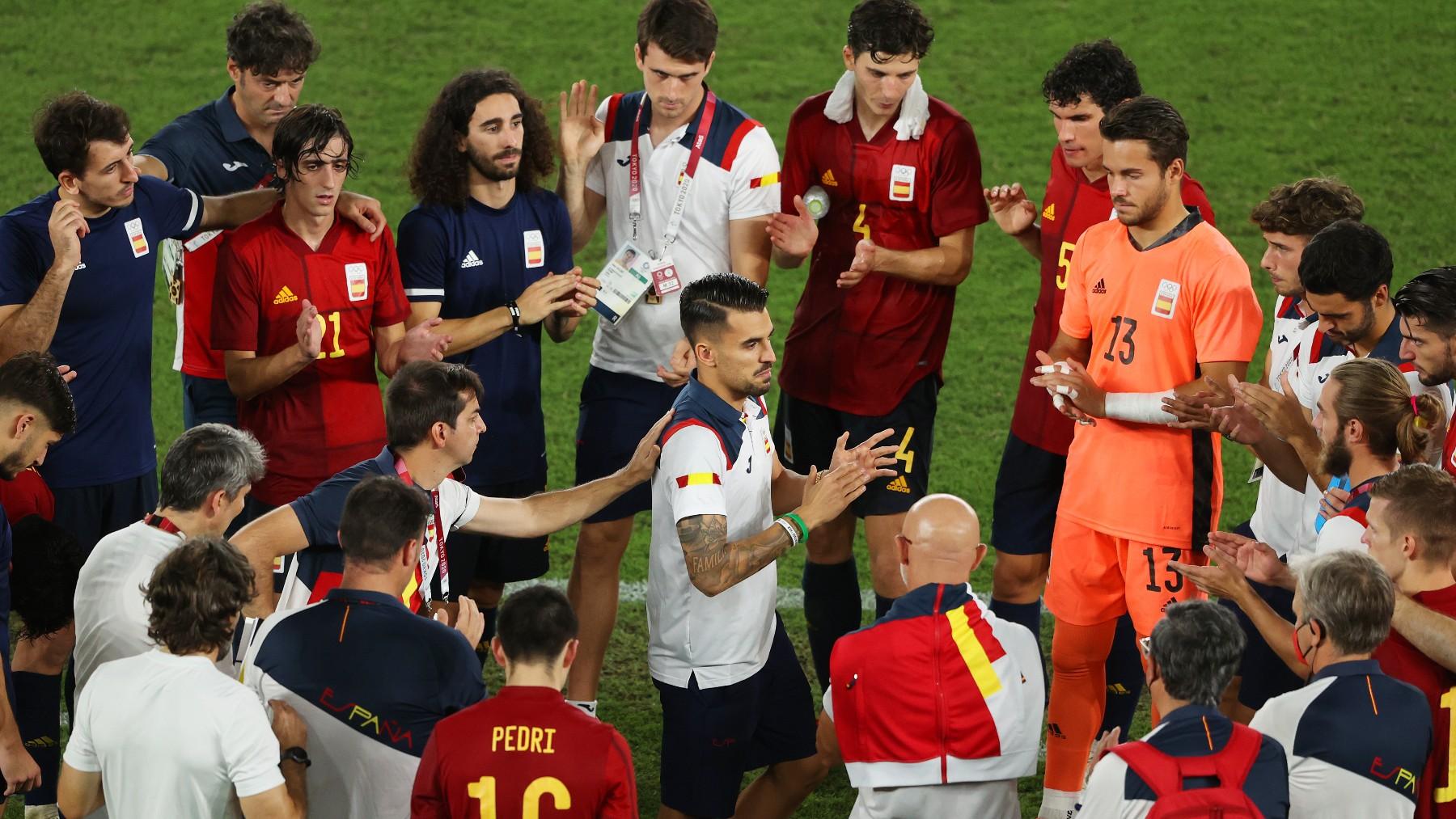 Dani Ceballos anima a sus compañeros durante el partido ante Brasil. (Getty)