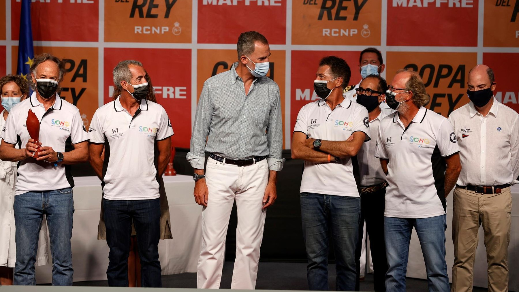 El rey Felipe VI (d) durante la entrega de premios de la Copa del Rey Mapfre de Vela este sábado en el Real Club Náutico de Palma. Foto: EFE