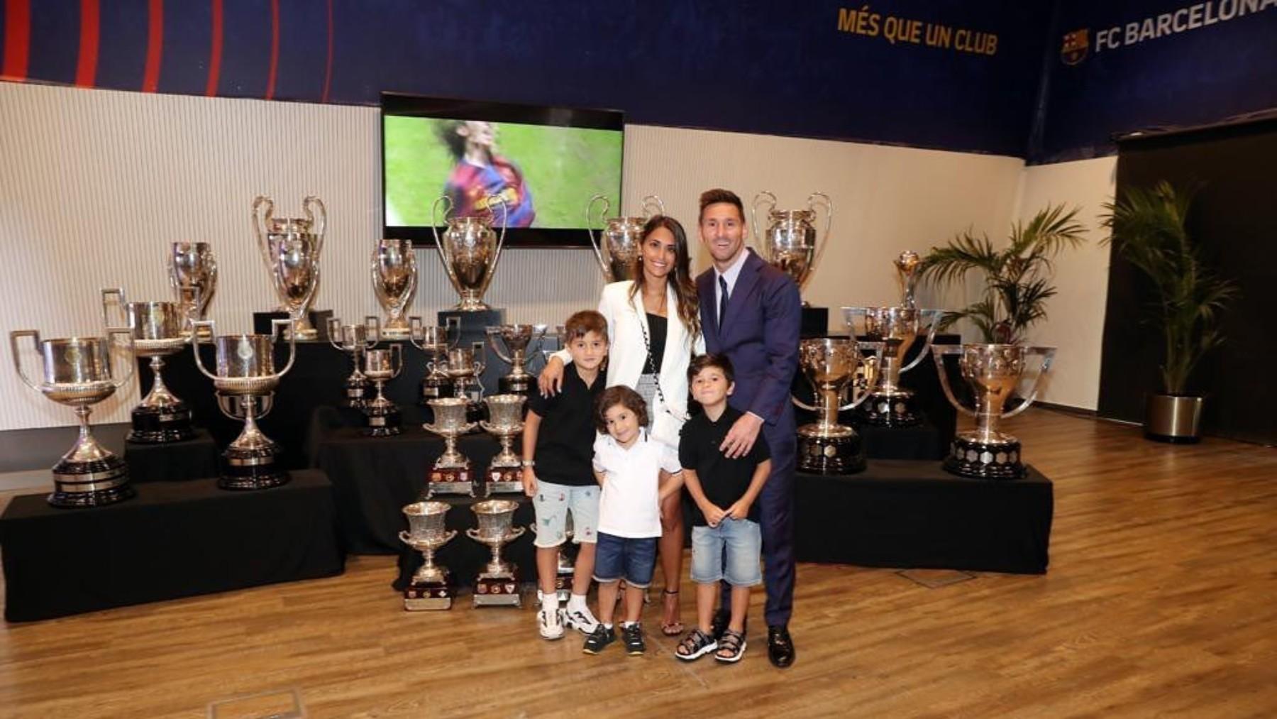 Antonella posa junto a Messi y sus tres hijos en la despedida del argentino.