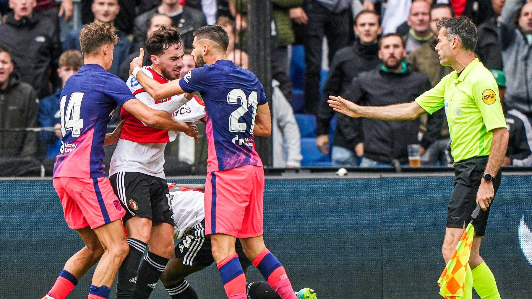 Carrasco se encara con un jugador del Feyenoord. (AFP)
