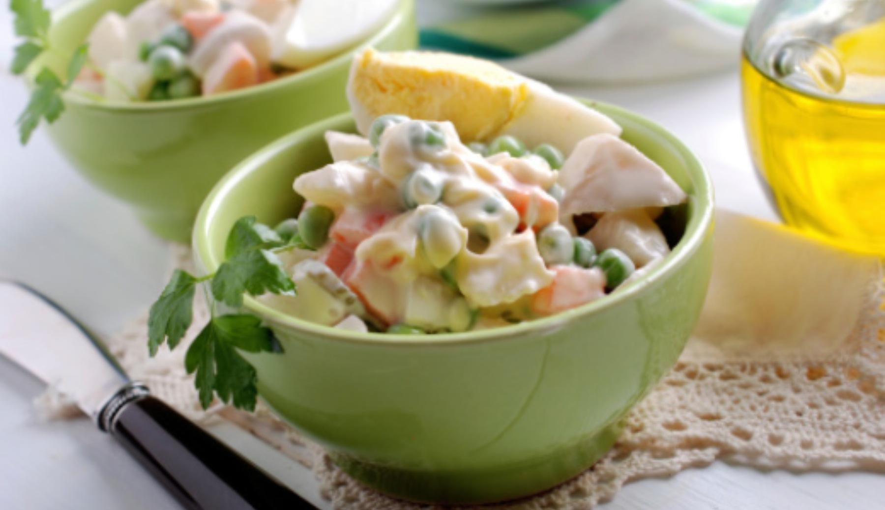 Ensaladilla de marisco y fruta, la receta más refrescante y saludable del verano