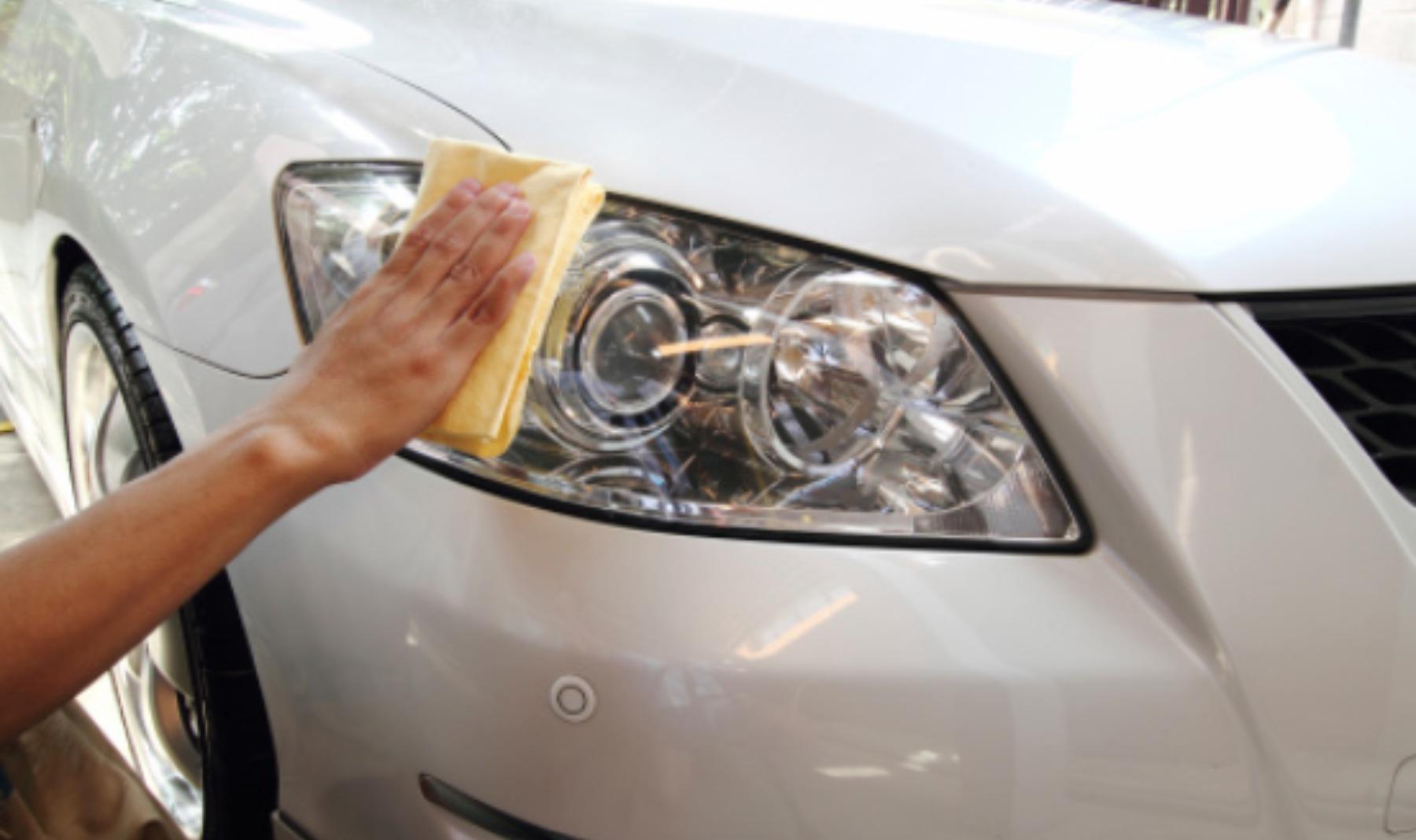 El truco más efectivo para pulir los faros del coche con 2 ingredientes de tu cocina