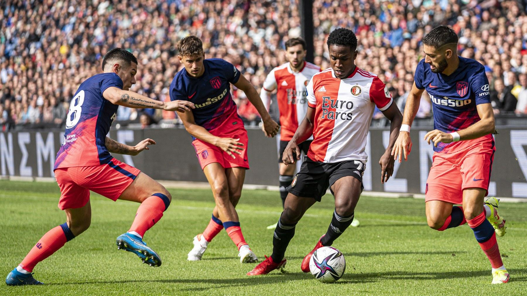 Llorente, Nehuén Pérez y Carrasco durante el Feyenoord – Atlético. (AFP)
