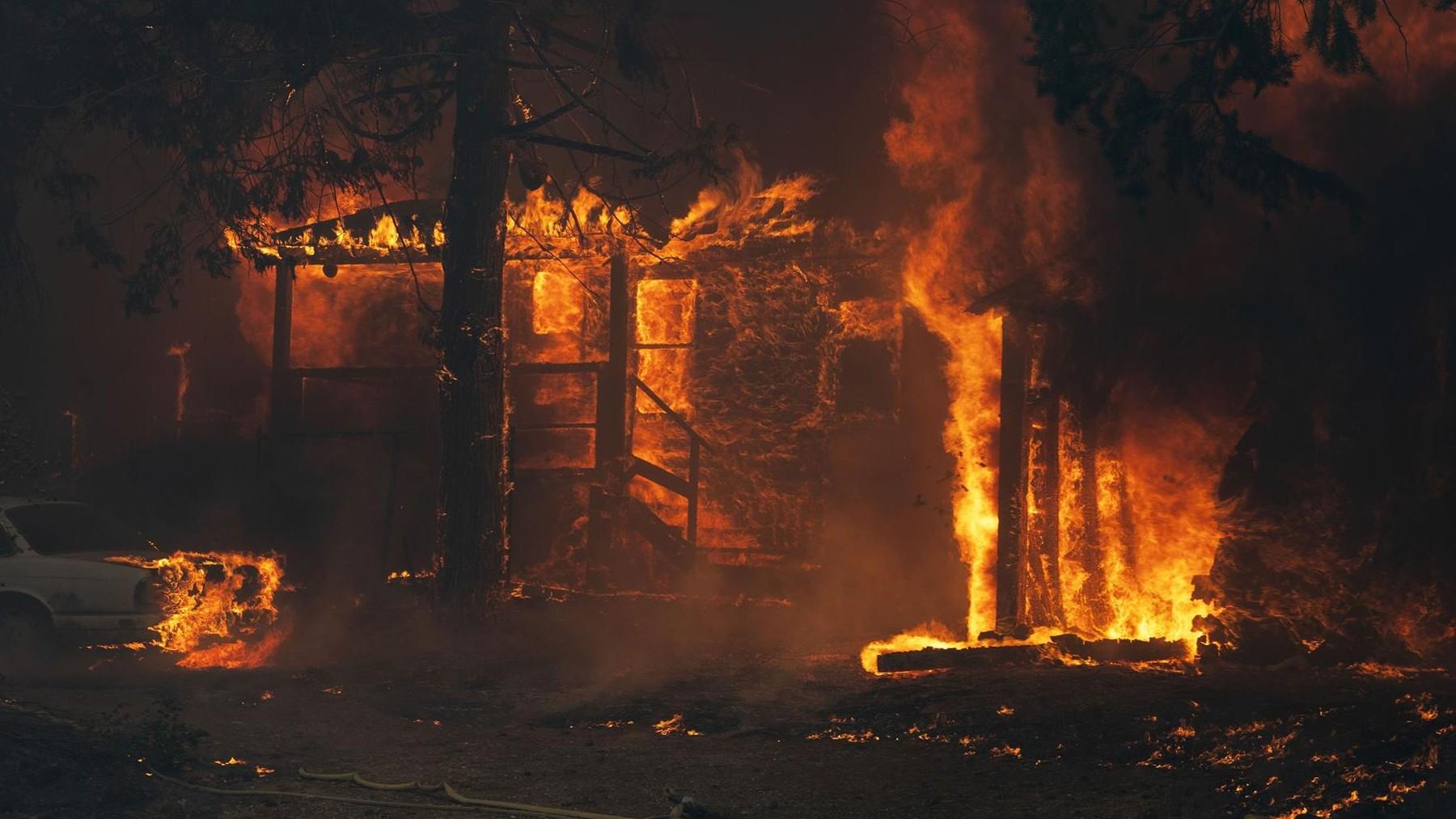 Una casa es devorada por las llamas en California. Foto: EP