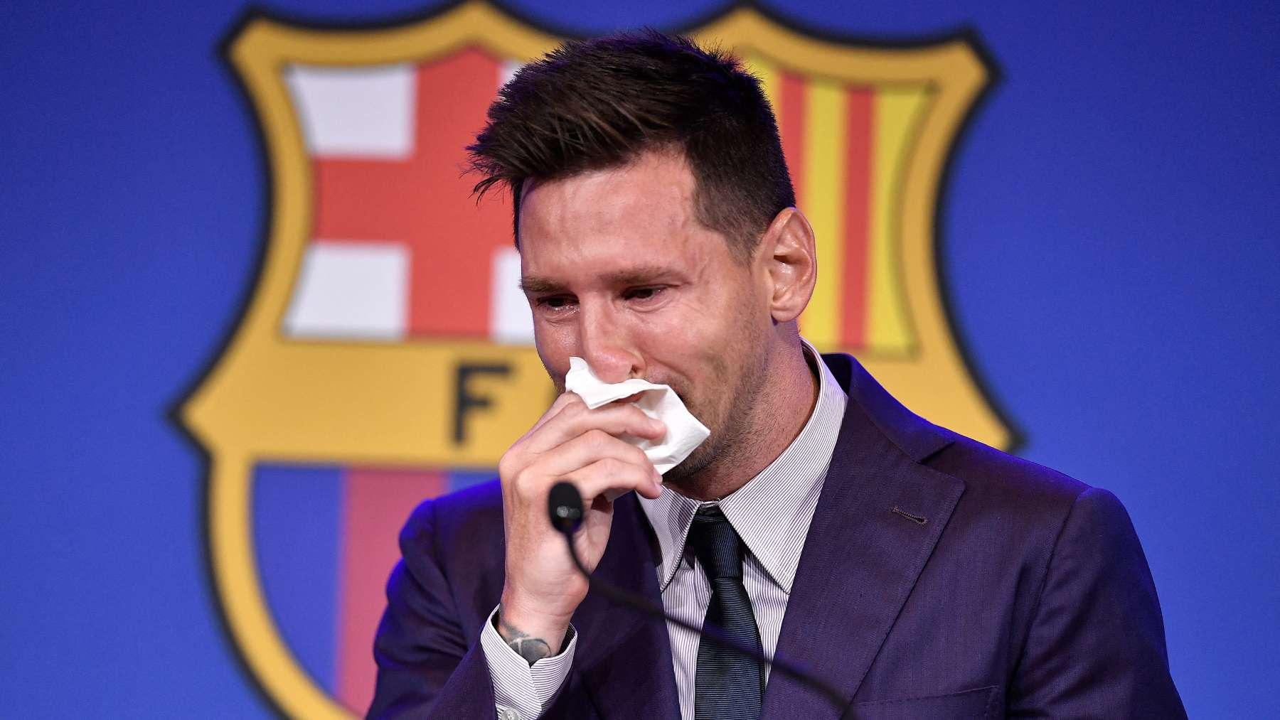 Leo Messi se seca las lágrimas antes de la comparecencia de su despedida del Barcelona. (AFP)