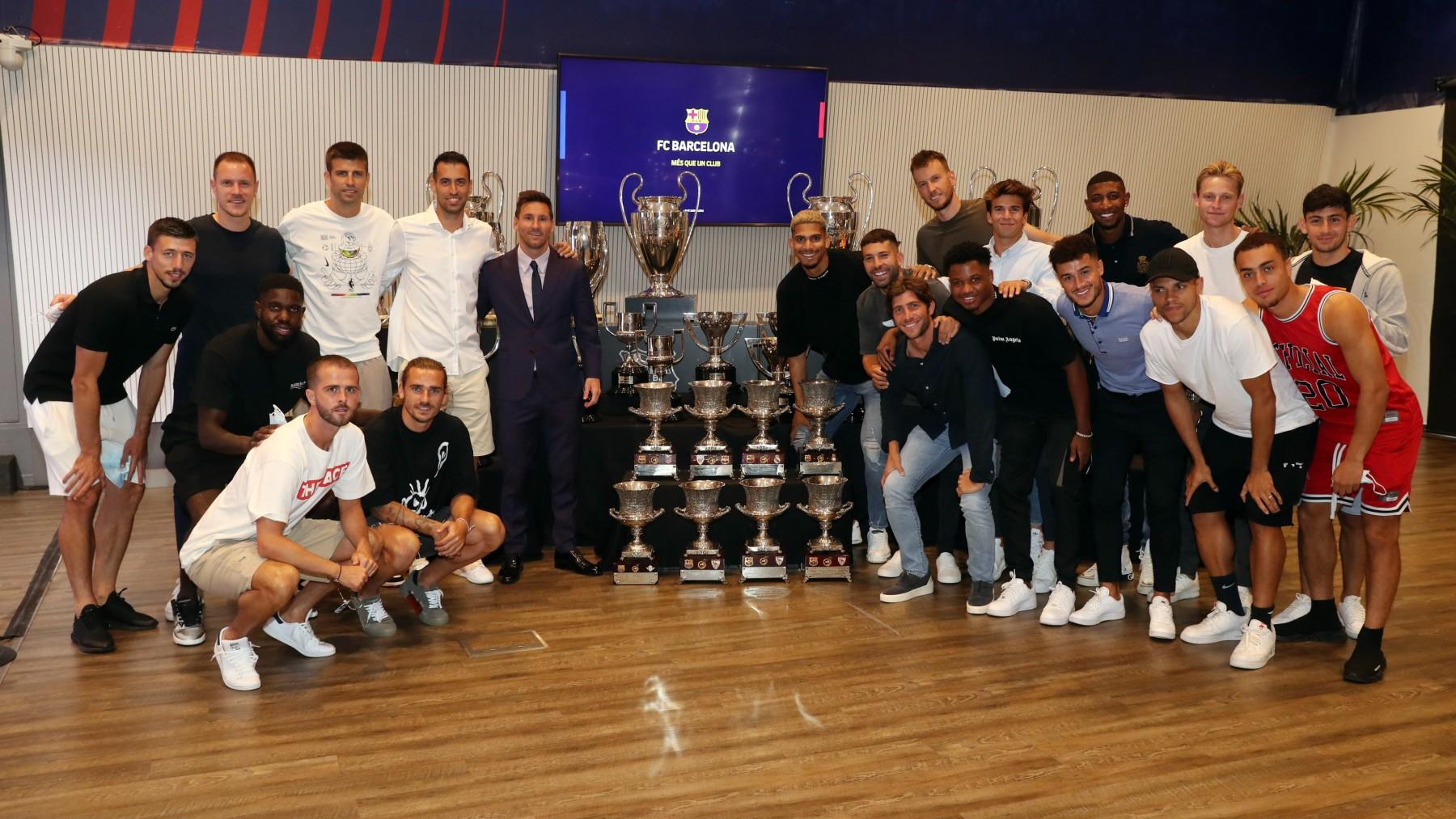 Messi posa junto a los títulos conseguidos y sus ex compañeros. (FC Barcelona)
