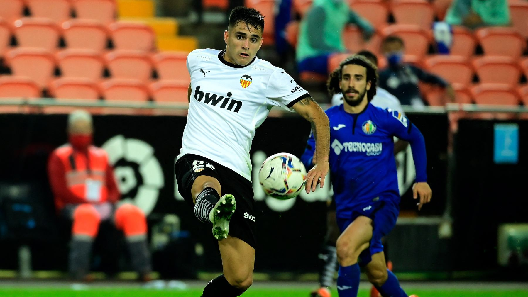 Maxi Gómez con Cucurella en un Valencia – Getafe. (AFP)