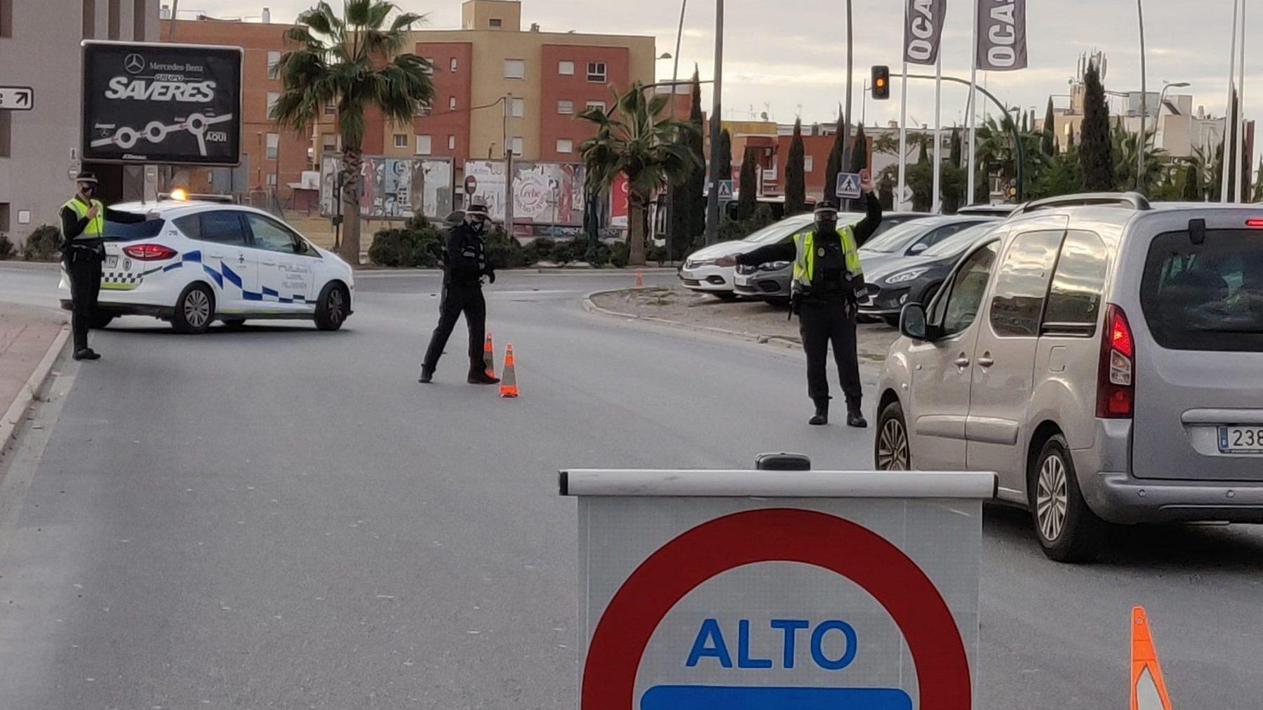 Control policial para garantizar el confinamiento perimetral en Almería (AYUNTAMIENTO DE ALMERÍA).