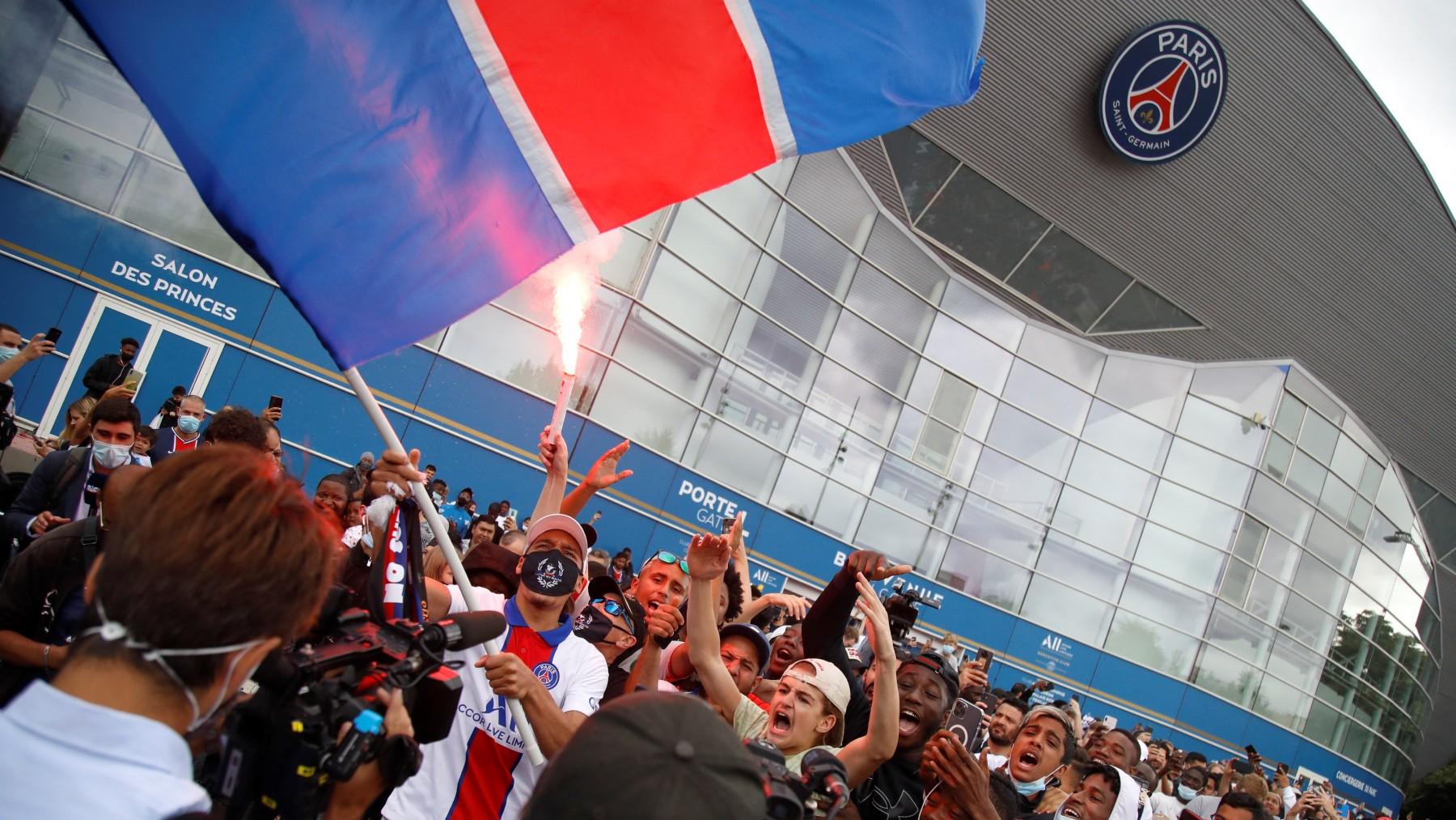 Aficionados del PSG celebran el fichaje de Messi. (AFP)