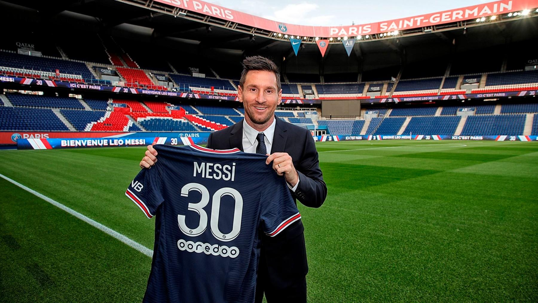 Leo Messi posa con la camiseta del PSG, con el 30 a la espalda. (psg.fr)