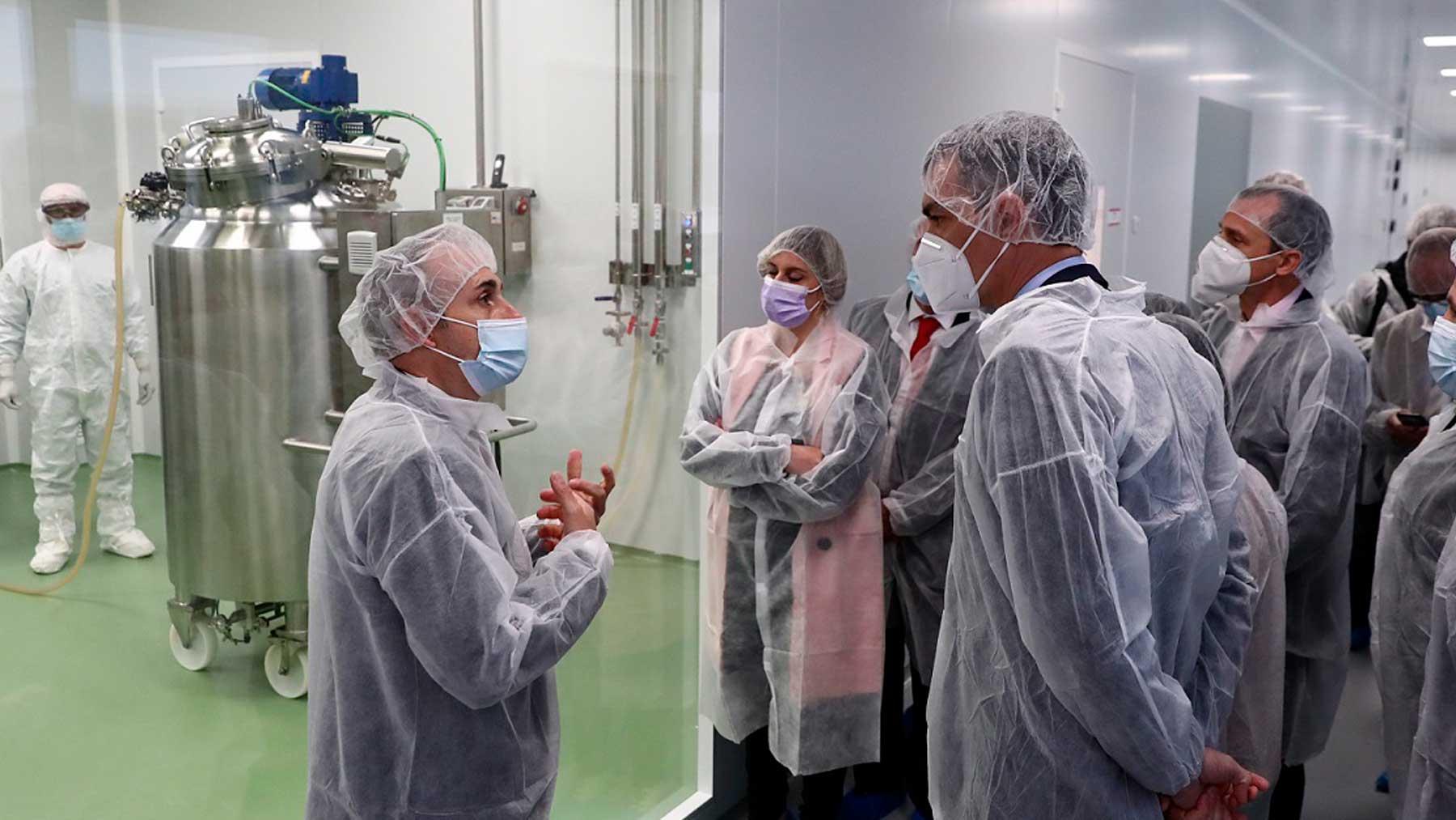 Pedro Sánchez visita a las instalaciones de producción de HIPRA, la empresa que produce la vacuna española contra el Covid-19. Foto: EP