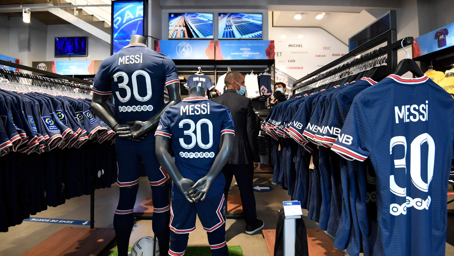 La camiseta de Messi con el 30, en la tienda oficial del PSG. (AFP)