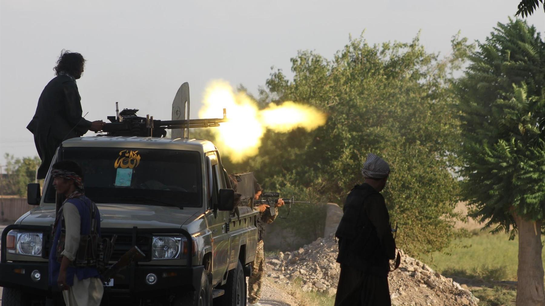 Fuerzas afganas intercambian disparos con militantes talibanes en la ciudad de Shiberghan. Foto: KAWA BASHARAT / XINHUA NEWS / CONTACTOPHOTO