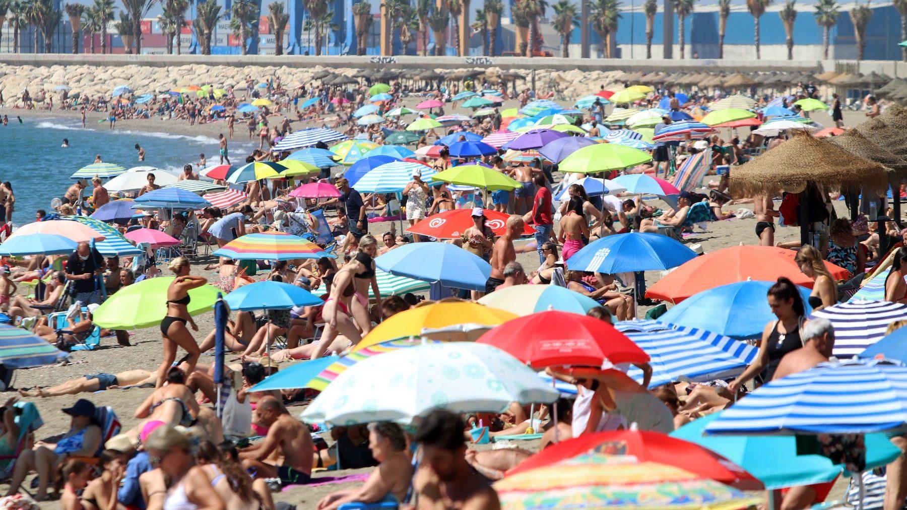 Bañistas y turistas disfrutan de un día de playa en La Malagueta, en Málaga (ÁLEZ ZEA / EUROPA PRESS). (1)