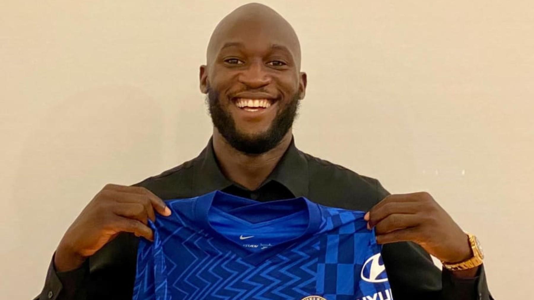 Romelu Lukaku posa con la camiseta del Chelsea. (chelseafc)