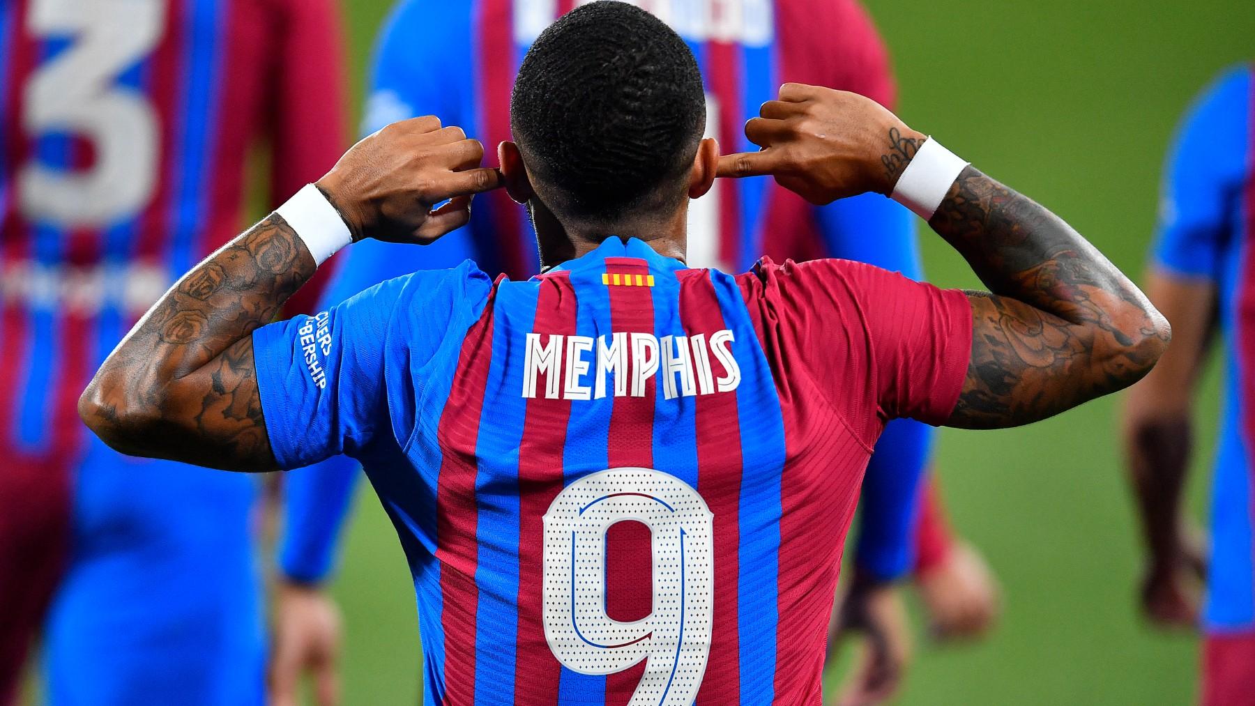 Memphis Depay celebra un gol con el Barcelona. (AFP)