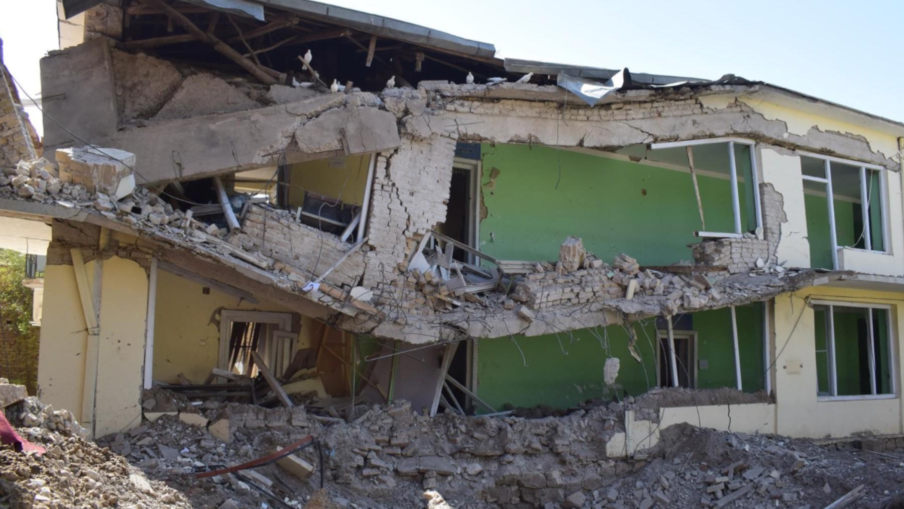 Edificio destruido tras un bombardeo en Shiberghan.