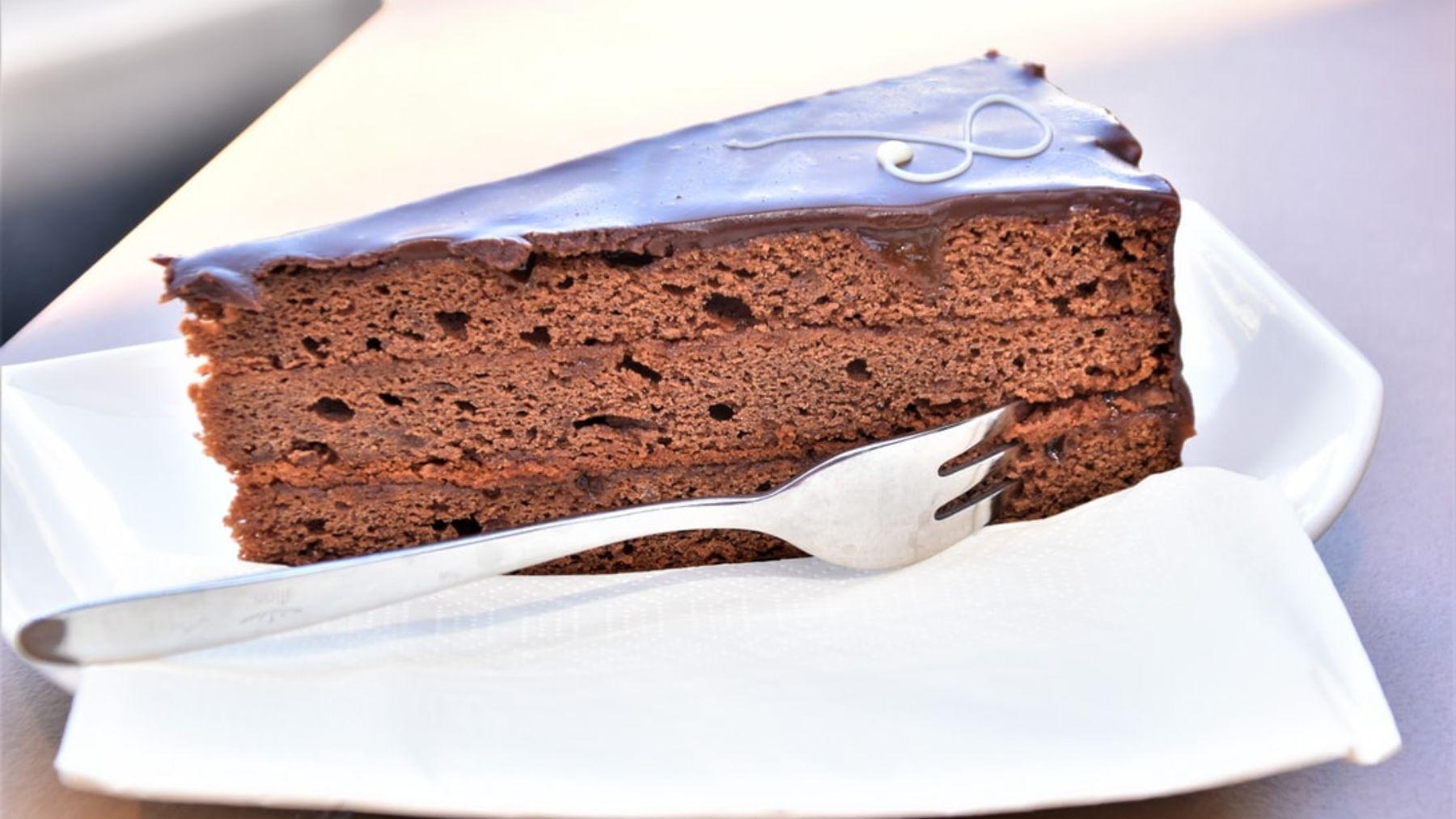 Tarta sacher al microondas, receta para amantes del chocolate lista en 10 minutos