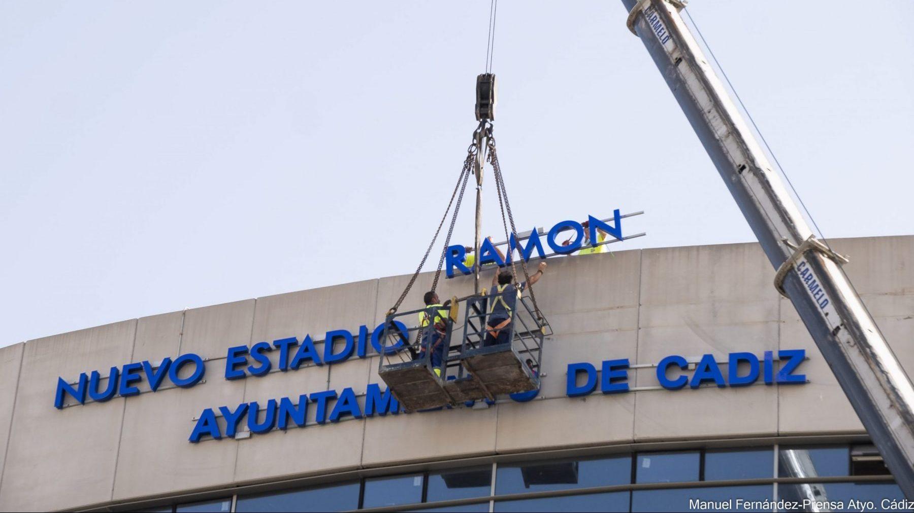 Operarios municipales retiran el nombre de Ramón de Carranza del estadio (MANUEL FERNÁNDEZ – AYTO DE CADIZ).
