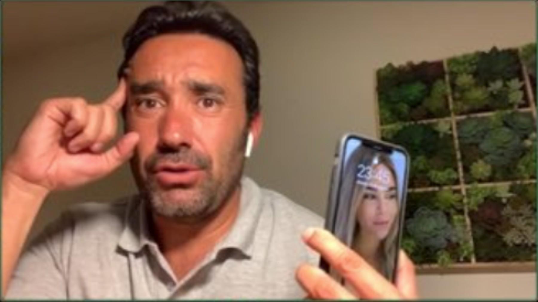 Juanma Castaño con Helena Condis en el móvil.