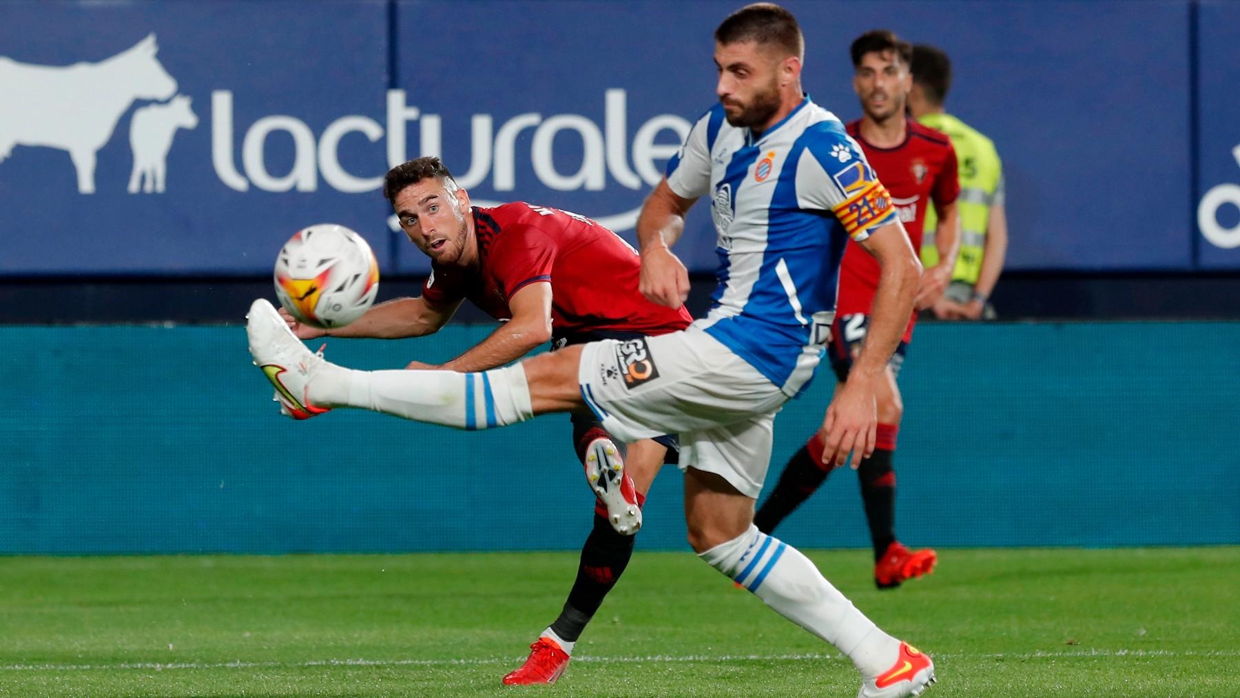 Osasuna y Espanyol durante un partido. (EFE)