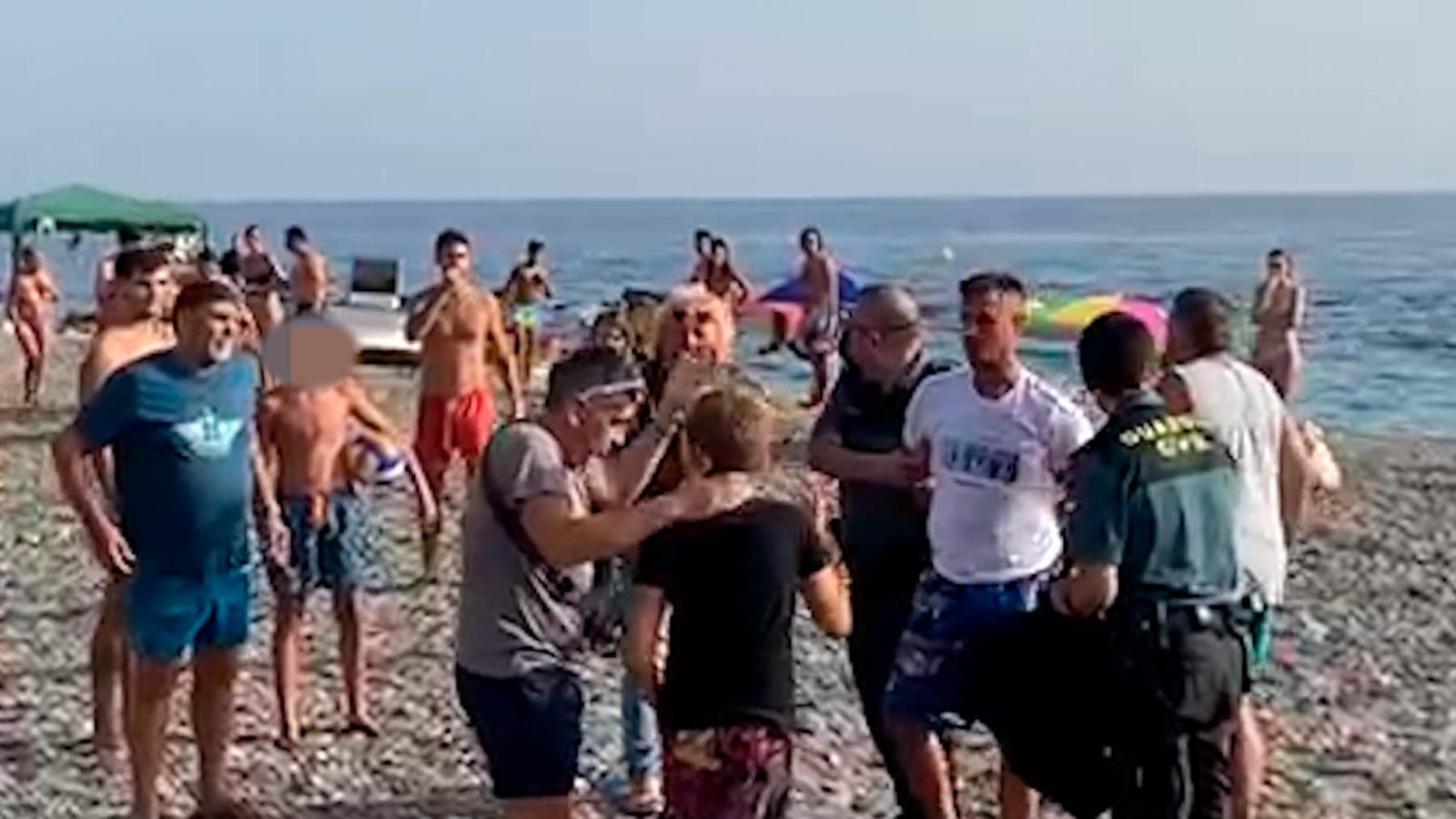 Detienen a dos narcos tras un desembarco frustrado entre bañistas en una playa de Granada.
