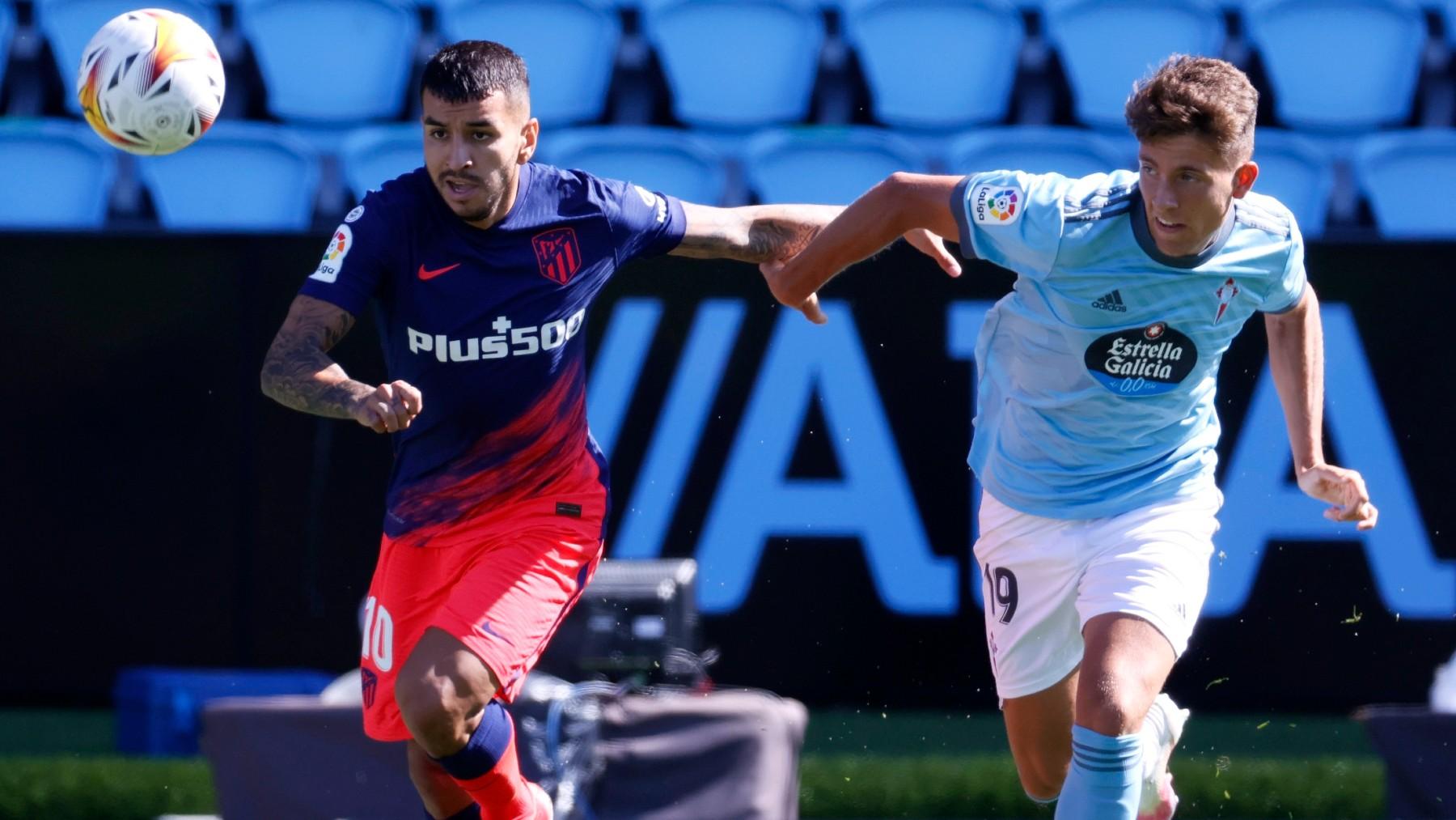 Correa y Fontán disputan un balón. (EFE)